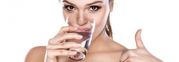 Bere acqua prima dei pasti aiuta a dimagrire